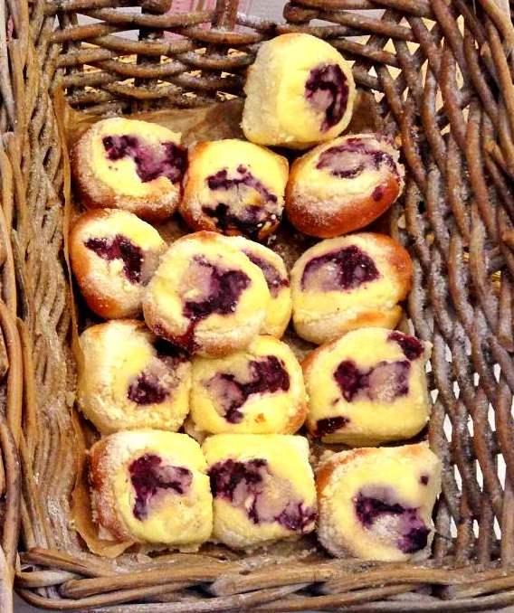 czech_kolac_pastry_eating_prague