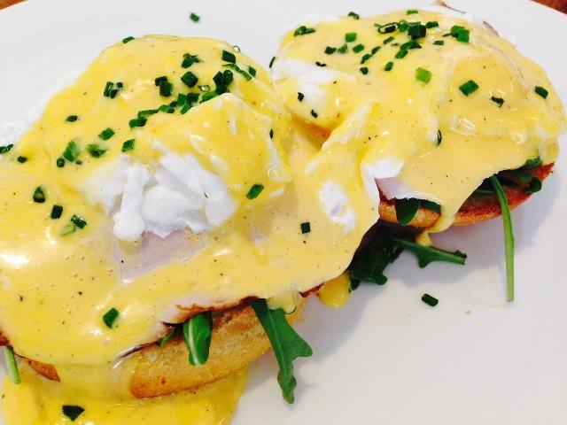 eggs_benedict_brunch_in_prague_eatingprague_tours