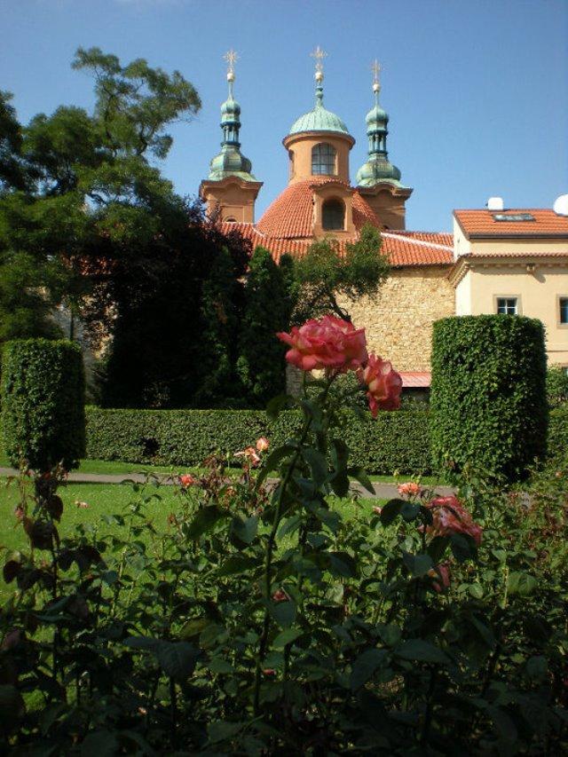 rose_gardens_petrin_funicular_eating_prague